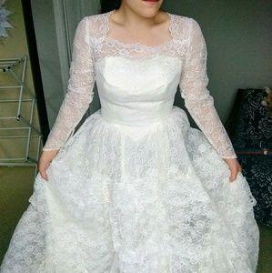 Gorgeous 1960s vintage lace wedding dress